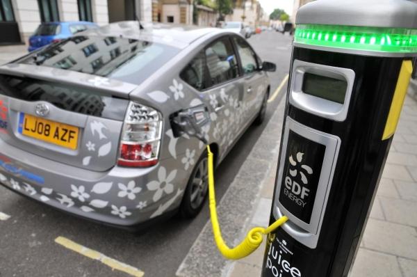 09_hybrid-car-pluged-in