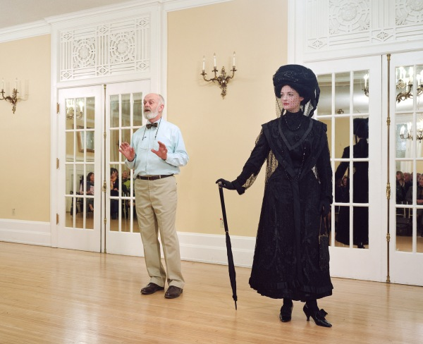 Jeff Wall, Vancouver, 7 Dec. 2009. Ivan Sayers, costume historian, lectures at the University Women's Club. VirginiaNewton-Moss wears a British ensemble c. 1910, from Sayers' collection, 2009, fotografia a colori, 224.3 x 182.5 cm, Courtesy of the artist